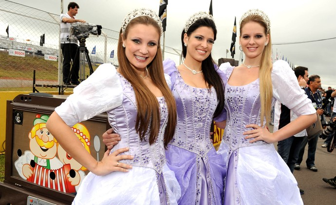 Stock Car: a rainha e as princesas da Oktobertfest em Santa Cruz do Sul (Foto: Duda Bairros / Stock Car)