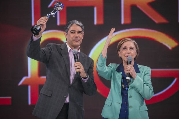 Fernanda Montenegro entrega o troféu Mário Lago a William Bonner durante o prêmio Melhores do Ano, do Domingão do Faustão (Foto: Paulo Belote / Globo)
