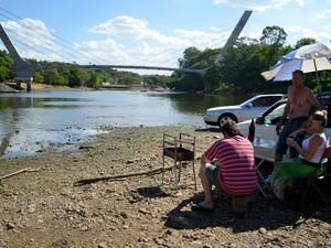 Grupo bebe cerveja em banco de areia no meio do Rio Piracicaba (Foto: Thomaz Fernandes/G1)