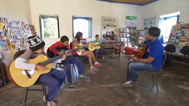 Biblioteca em distrito de Ouro Branco transforma vida cultural de moradores ()