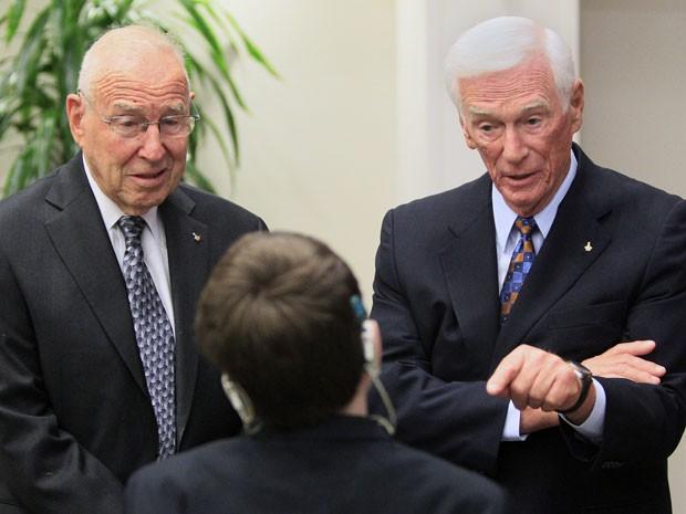 Jim Lovell (esquerda) e Eugene Cernan lançaram um plano de apoio à saúde infantil em homenagem a Armstrong (Foto: AP Photo/Al Behrman)