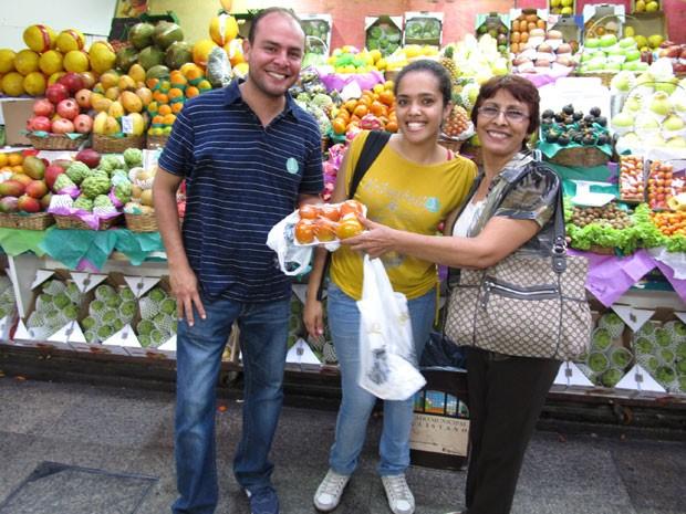A chef Bárbara Santos, que atua como 'amiga de aluguel' de turistas em São Paulo, com clientes mexicanos (Foto: Bárbara Santos/Arquivo pessoal)