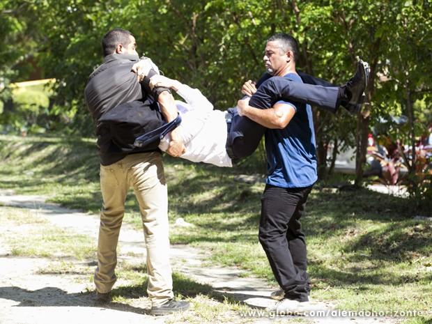 Seguranças do Grupo pegam Marcelo espionando o local de treinamento (Foto: Felipe Monteiro/TV Globo)
