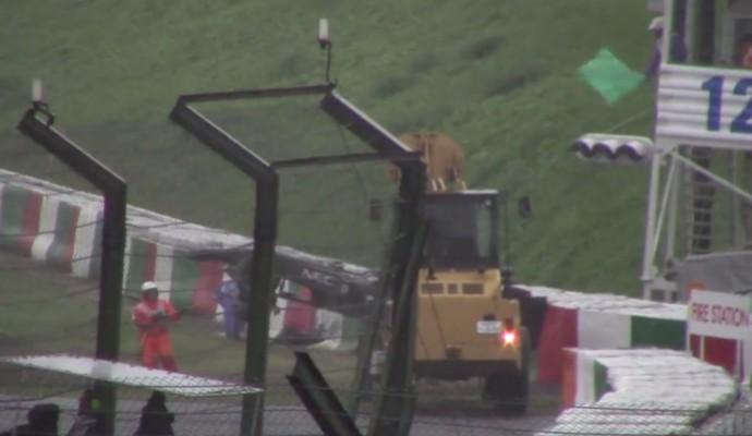 Vídeo divulgado na internet mostra fiscal de prova agitando bandeira verde no momento do acidente de Jules Bianchi (Foto: Reprodução / YouTube)