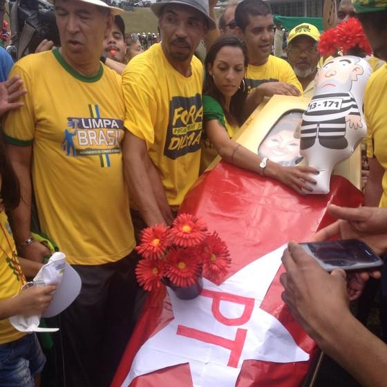 Caixão com imagem da presidente Dilma Rousseff e bandeira do PT, em Brasília. Manifestantes fazem um enterro simbólico do PT (Foto: Talita Fernandes)