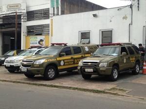 Presos são mantidos em carros da Brigada Militar por falta de vagas (Foto: Igor Grossmann/G1)