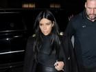 Kim Kardashian usa blusa transparente para jantar