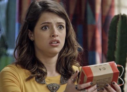 Camila recebe pacote de presente com explosivos dentro