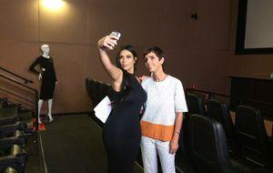 Kim Kardashian faz 'selfie' com apresentadora Lilian Pacce e ensina truques para sair bem na foto
