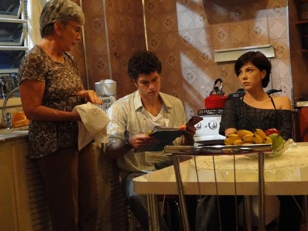 Gabriel fica irritado com novo surto de Cristal, que se vê como noiva dele  (Foto: Divulgação/TV Globo)