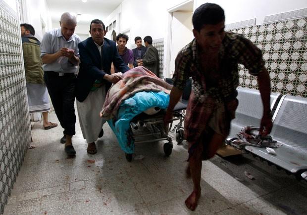 Ferido é transportado em Sanaa, capital do Iêmen, após atentado a mesquita (Foto: Mogammed Huwais/AFP)