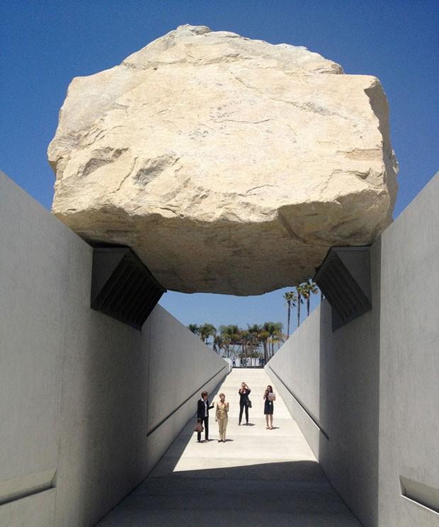 Arte Design In Los Angeles Images: Rocha Gigante 'levita' Sobre Los Angeles