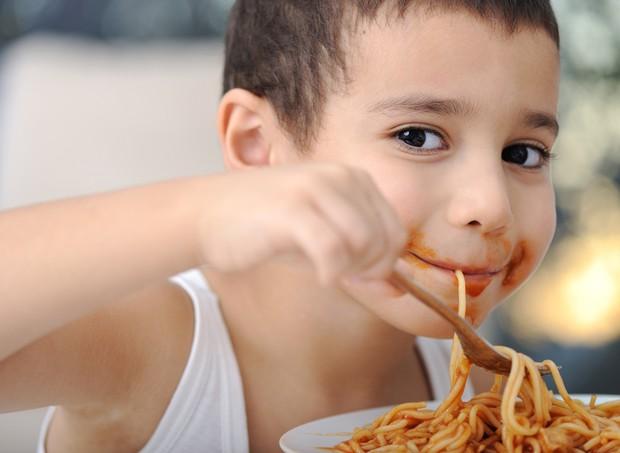 Criança comendo macarrão (Foto: Shutterstock)