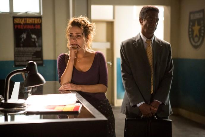 Gilda chega para dar seu depoimento e conta com a ajuda de Zé Pedro (Foto: Fabiano Battaglin / Gshow)