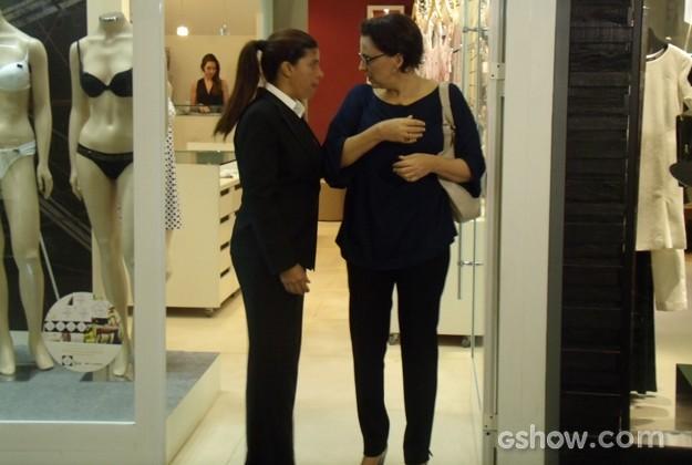 Selma é detida por segurança que a impede de sair da loja sem pagar (Foto: Em Família / TV Globo)