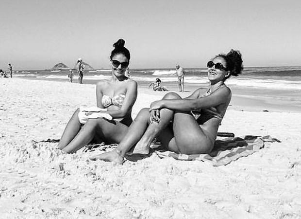 Paloma Bernardi toma sol com amiga (Foto: Reprodução/Instagram)