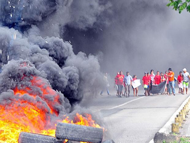 Ambulantes queimaram pneus na Avenida Caxangá (Foto: João Carlos Mazella/Fotoarena/AE)
