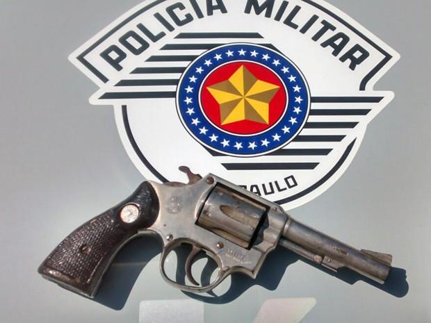 Revólver carregado com cinco munições foi apreendido pela Polícia Militar  (Foto: Polícia Militar/Cedida)