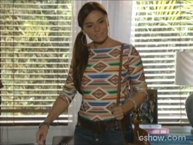 Clara perde o sorriso ao ver a cena (Foto: Em Família/TV Globo)