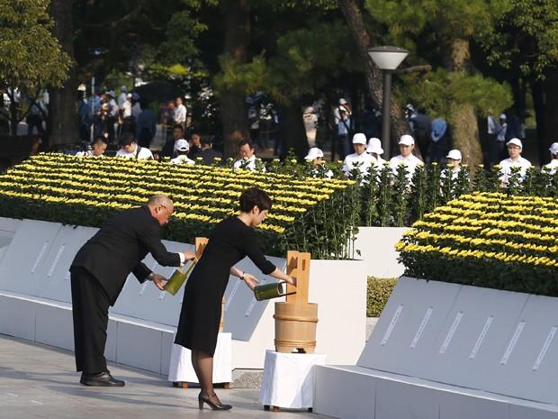 Pessoas praticam um ritual de água no Parque Memorial da Paz, em Hiroshima, durante cerimônia pelos 70 anos do bombardeio, na quinta (6) (Foto: Reuters/Thomas Peter)