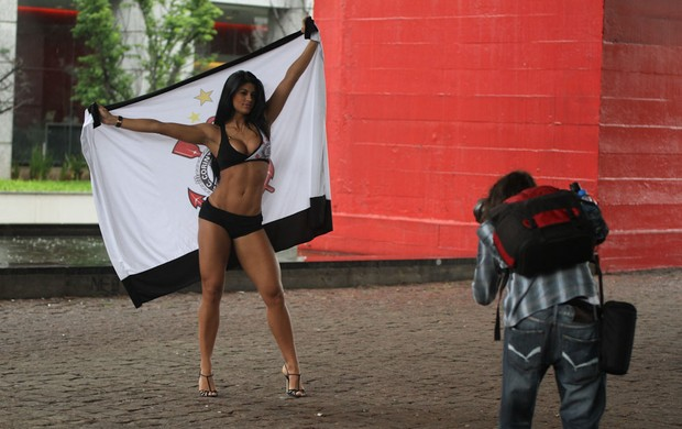 Camila Vernaglia se descuida e deixa seios amostra em ensaio (Foto:  Amauri Nehn/AgNews)