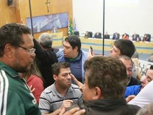 Discussão entre manifestantes de oposição e situação na câmara (Foto: Flávio Pereira/Câmara de São José)