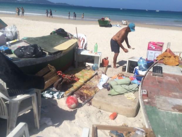 Acampamentos montados em barcos na Praia do Peró foram retirados pela Prefeitura (Foto: Divulgação/ Ascom Cabo Frio)