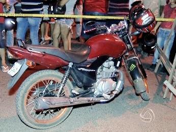 Motocicleta utilizada pelos adolescentes nos roubos. (Foto: Reprodução/ TVCA)
