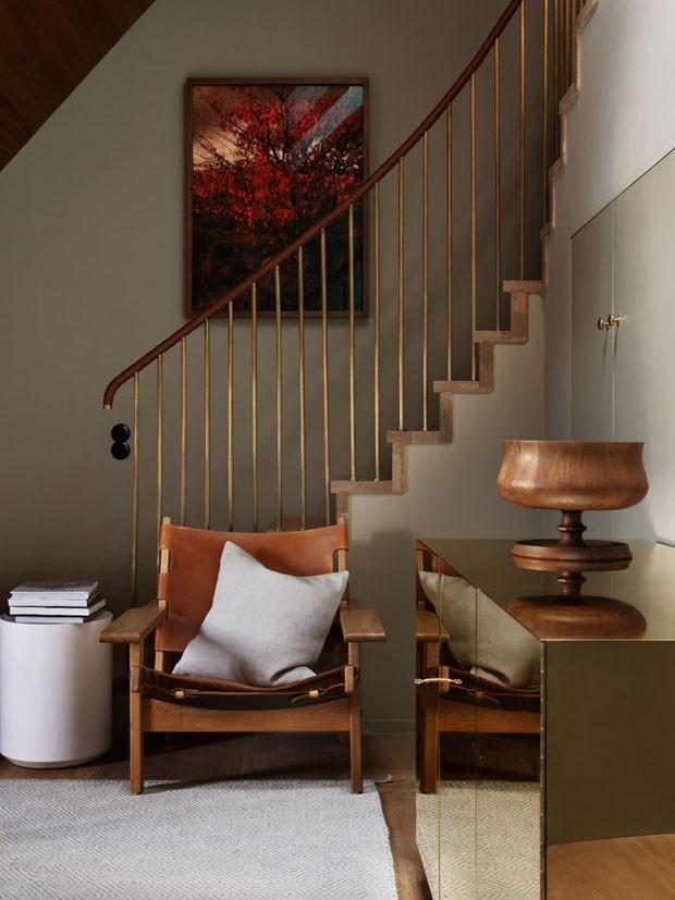 Décor do dia: canto de leitura em tons terrosos na escada (Foto: reprodução)