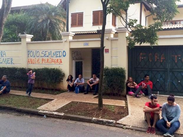 Casas vizinhas à de Michel Temer foram pichadas por manifestantes (Foto: Gabriela Gonçalves/G1)