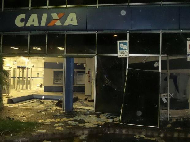 Caixas eletronicos explodidos em Itaúna (Foto: Polícia Militar/ Divulgação)