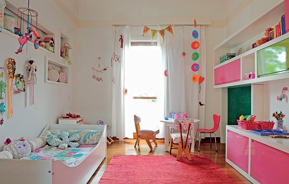 """Da cama ao porta-livros, da mesa de pintura à estante, tudo tem escala infantil. """"Vai dar para ela usar até 6 ou 7 anos"""", considera a arquiteta Bianca Duarte, que detalhou a marcenaria branca com superfícies em verde e rosa, combinação ousada"""