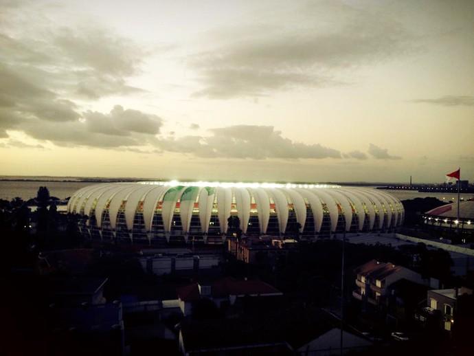 Anoitecer na beira do Guaíba gera belas imagens com o novo Beira-Rio (Foto: Maria José Hickmann/RBS TV)