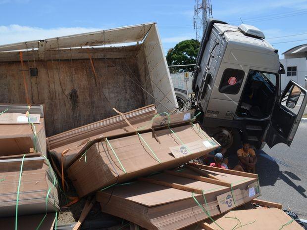 Caminhão carregado com madeira MDF tomba na entrada de Aracaju (Foto: Marina Fontenele/G1 SE)