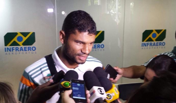 Gum desembarque Fluminense (Foto: Sofia Miranda / GloboEsporte.com)