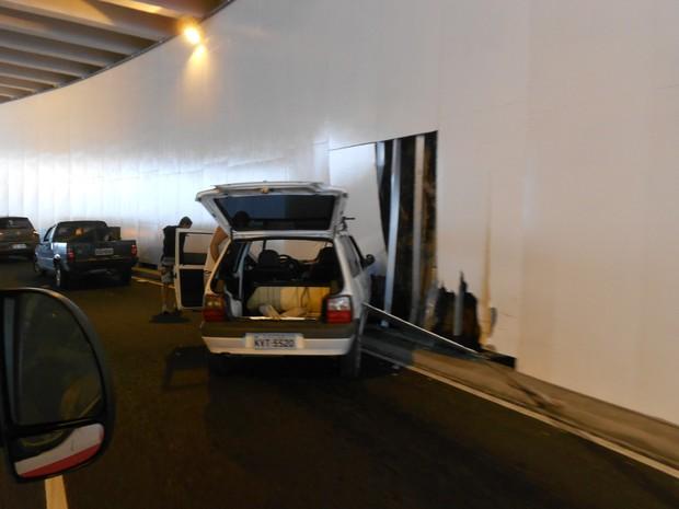 Carro bate e destrói parede do recém inaugurado mergulhão Billy Blanco na Barra da Tijuca, no Rio (Foto: Viviane Matheus/G1)