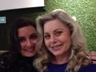 Vera Fischer recebe visita da filha, Rafaela, em teatro em São Paulo