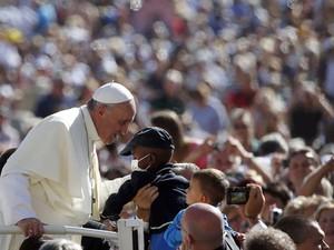 O Papa Francisco saúda os peregrinos nesta quarta-feira (18) na Praça de São Pedro, no Vaticano (Foto: AFP)