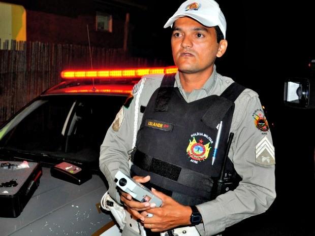 Policial disse que carro do bispo estava há dois anos com licenciamento atrasado (Foto: Genival Moura/G1)