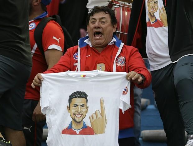 BLOG: Torcida chilena provoca uruguaios com camisa do polêmico dedo de Jara