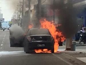 Carro estacionado pegou fogo em avenida de Ariquemes (Foto: Reprodução/ Whatsapp)