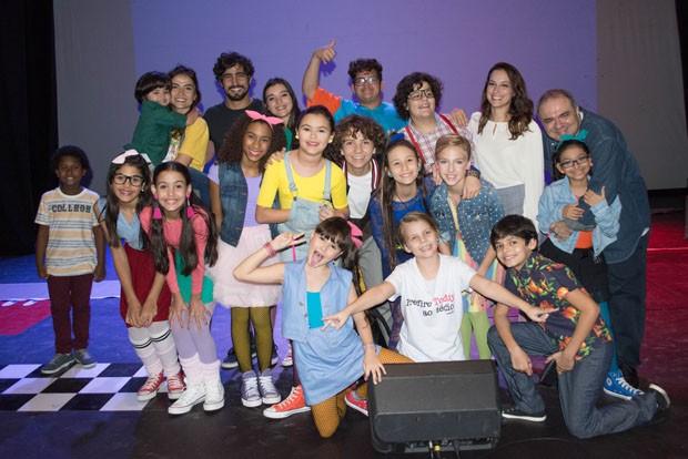 Renato Góes e Maria Casadevall posam com elenco de peça (Foto: Josi Areia)