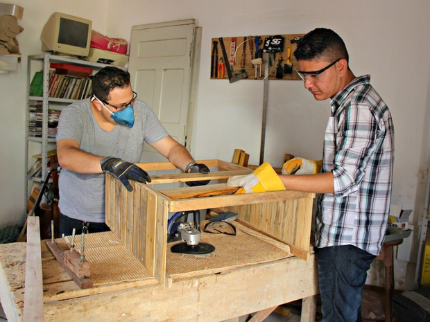 Móveis são feitos na própria casa de Lucas Mortari, em um quarto transformado em oficina (Foto: Caio Fulgêncio/G1)
