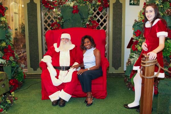 Glória Maria entra no clima de Natal e posa junto com Papai Noel
