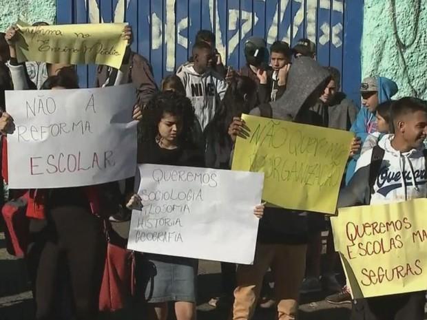Alunos protestam contra mudanças no Ensino Médio (Foto: Reprodução / TV TEM)