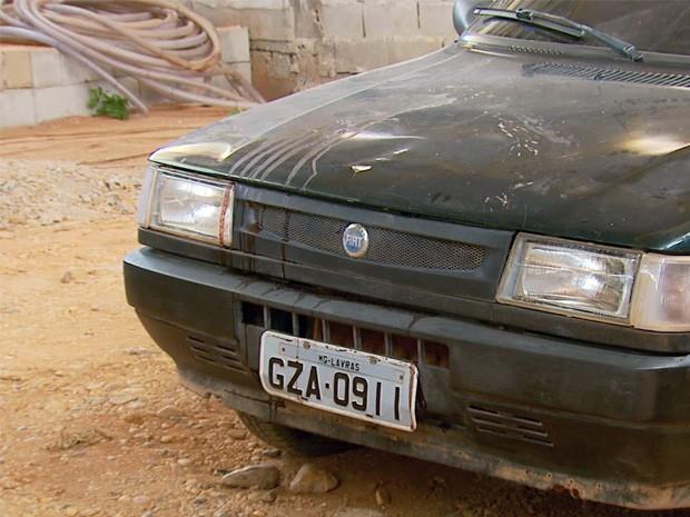 Carro foi encontrado com marcas de sangue na zona rural de Bom Sucesso (Foto: Reprodução EPTV)