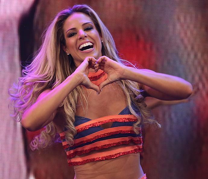 Raquel Guarini manda coraçãozinho para o público (Foto: Carol Caminha / Gshow)