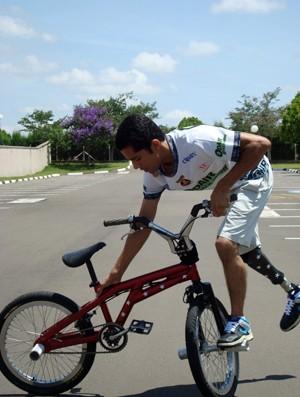 Manobras de efeito são a especialidade de Odair sobre a bike (Foto: Carlos Alberto Soares/TV TEM).