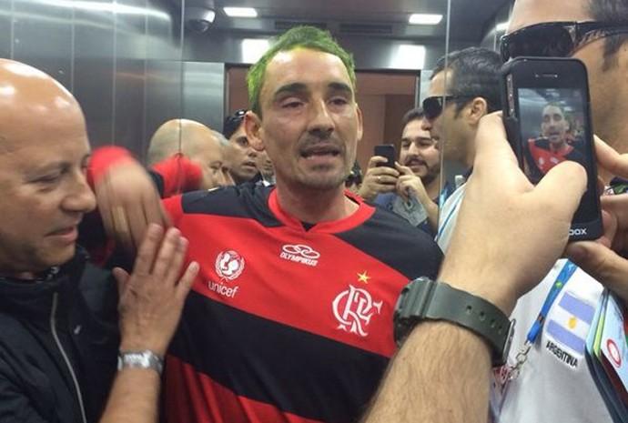 O argentino Pablo Alvarez depois de ter sido detido por policiais no Estádio Nacional