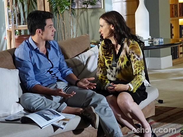 Inês explica para Álvaro que não vai comprar iate nenhum (Foto: Além do Horizonte/TV Globo)
